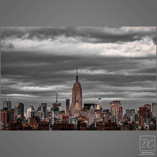 Stormy New York…  —— …und das Empire State Building trotzt seit 1931 jedes Wetter 🌫️ ——  #instatravel #manhattan #newyork #newyork_ig #newyorkcity #newyorkgram #nyc #photooftheday #travel #travelphotography #ig_nyc #thebigapple #newyorknewyork #instagramnyc #empirestatebuilding #empirestate #empirestateofmind #topoftherock #bigapple #esb #skylinephotography  #skyline #photography #sky #cityscape #travel #landscapephotography #clouds #cloud #cloudporn